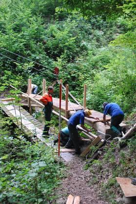 Hier schwebt die neue Boswiler Brücke durch die Luft. (es)