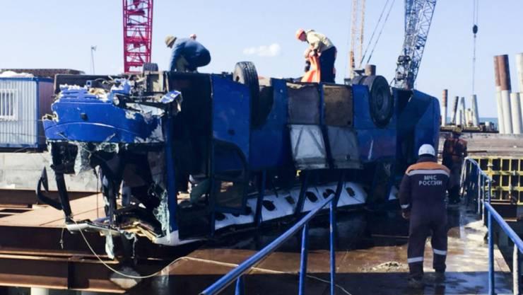Das Fahrzeug nach der Bergung: Der mit Bauarbeitern gefüllte Bus war ins Meer gestürzt, 18 Insassen überlebten das Unglück nicht.