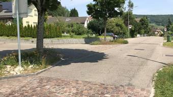 Die Pflästerungsbänder sowie der Asphaltbelag im Bereich Sommerhaldenstrasse/Erlenweg sind in einem sehr schlechten Zustand und müssen aus Gründen der Verkehrssicherheit repariert werden.