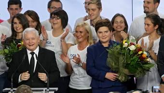 PiS-Chef Jaroslaw Kaczynski und die wohl baldige Regierungschefin Beata Szydlo (mit Blumen)