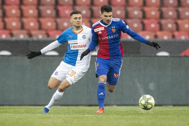 Basels Petretta (rechts) im Kampf um den Ball mit GC-Spieler Bajrami.
