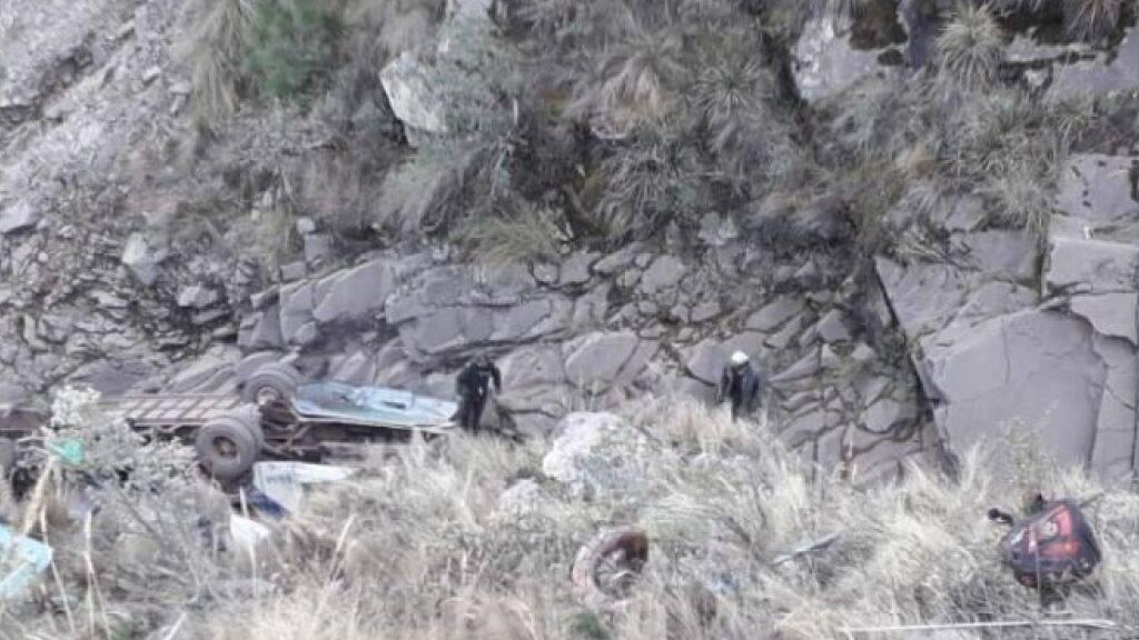 Ein Autobus ist auf der Strecke Sucre - Potolo in Bolivien über einen Abhang gestürzt. Dabei kamen 24 Personen ums Leben. (Bild: Correo del Sur)
