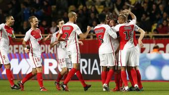 In der Spielertraube kaum zu sehen: Monacos Brasilianer nach seinem Freistoss-Tor zum 1:0