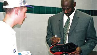 Michael Jordan signiert seine Schuhe