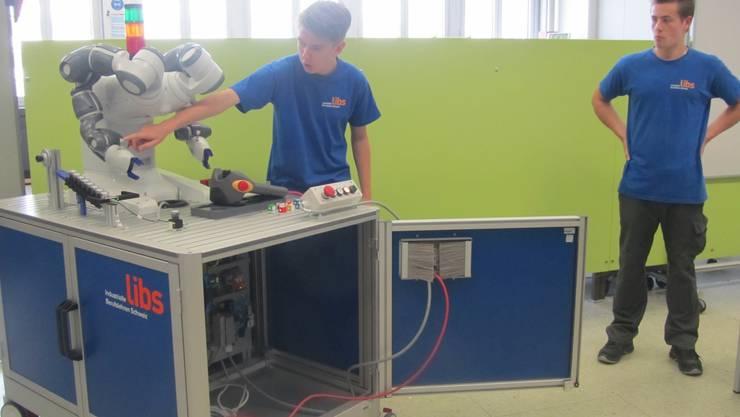 Lernende erklären den Roboter