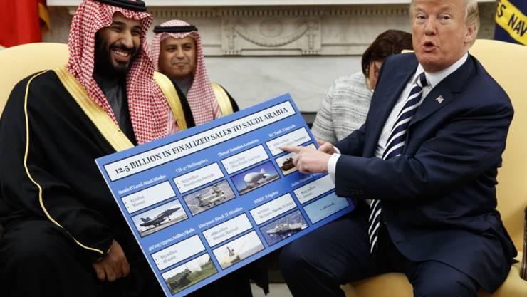 Der US-Senat will mit einer verabschiedeten Resolution die von US-Präsident Donald Trump gewährte Unterstützung Saudi Arabiens im Jemen-Krieg entziehen. (Archivbild mit dem saudischen Kronprinzen Mohammed bin Salman).