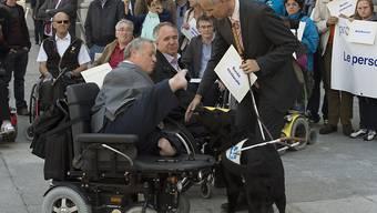 Nationalrat Christian Lohr (CVP/TG) und weitere Menschen mit Behinderungen bei einer Aktion vor dem Bundeshaus. Lohr fordert gemeinsam mit Behindertenverbänden Verbesserungen beim Assistenzbeitrag. (Archiv)