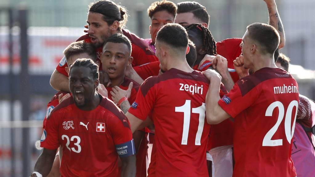 Jordan Lotomba (23) freut sich über den Schweizer Siegtreffer im Auftaktspiel gegen England