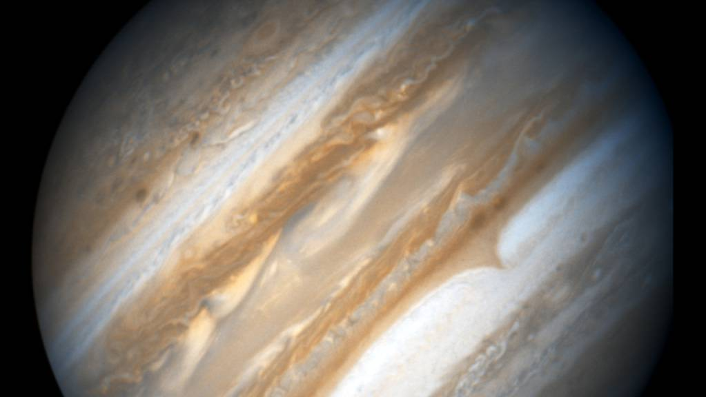 Der grösste Planet in unserem Sonnensystem ist Jupiter. Eine Studie gibt nun eine Erklärung, wieso grössere Planeten häufig massereichere Sterne umkreisen. (Archivbild)