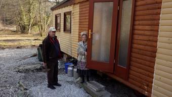 Charles Huber senior und Gabriela Huber nur wenige Tage vor dem Abtransport. Das Haus steht nun nicht mehr in Rüttenen. (Archiv)
