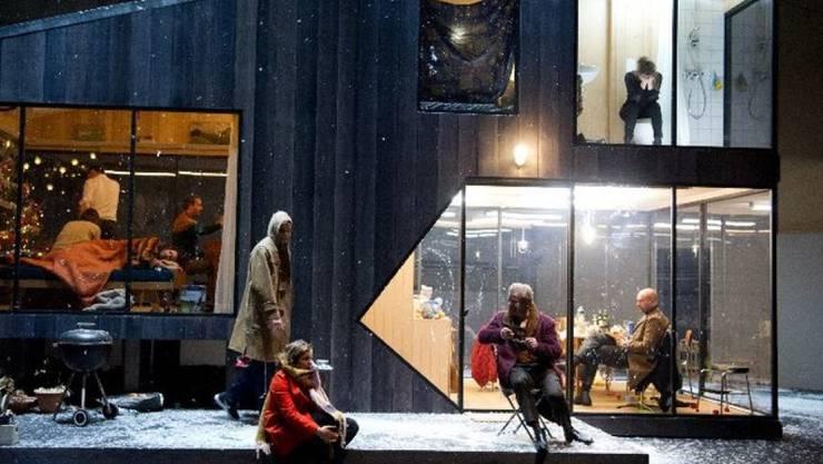 """Simon Stones radikale Tschechow-Überschreibung """"Drei Schwestern"""" am Theater Basel wurde in der Kritikerumfrage der Fachzeitschrift """"Theater heute"""" zum """"Stück des Jahres"""" gewählt. (zVg Theater Basel)"""