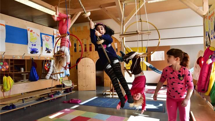 Viel Raum für Bewegung gibt es im Kindergarten Säli 5: Malin (6), Hina (6), Cheyenne (6) und Leona (6) geniessen die «wilde» Freiheit.