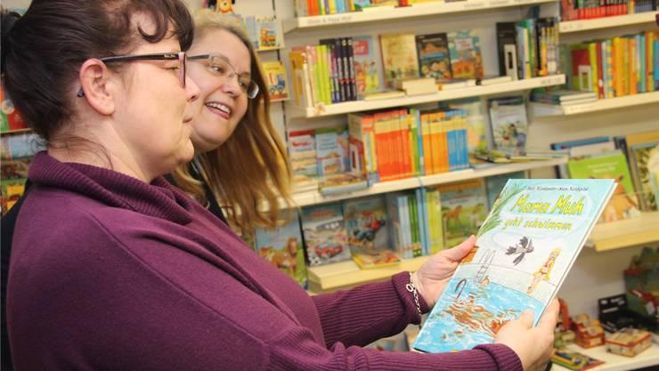 Inge Marchese und Martina Bissegger ergötzen sich an Kinderbüchern.