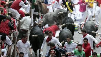 Die letzte Stierhatz dieses Jahres in Pamplona ist vorüber. Und erneut schafften es mehrere Besucher, sich von den Stieren verletzen zu lassen.