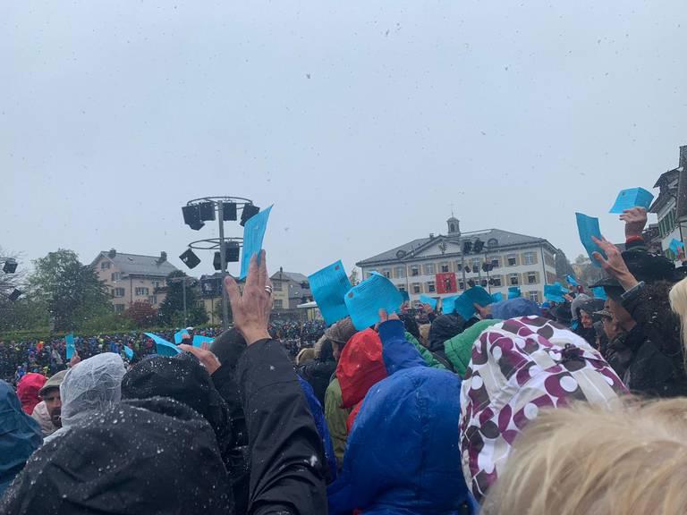 Auch bei Schneegestöber wird bei der Glarner Landsgemeinde abgestimmt. (Bild: FM1Today-Lesereporterin)