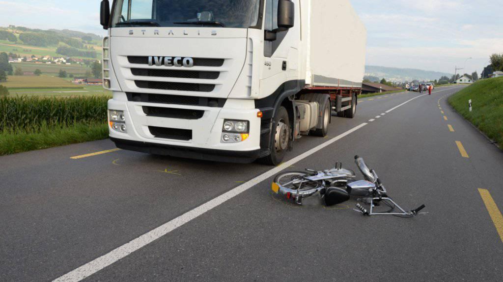 Bei der Kollision mit dem Sattelschlepper verletzte sich der Lenker dieses Töfflis schwer. (Bild Luzerner Polizei)