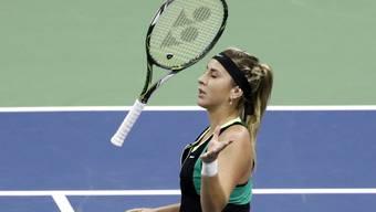 Belinda Bencic wirft ihren Schläger in die Luft