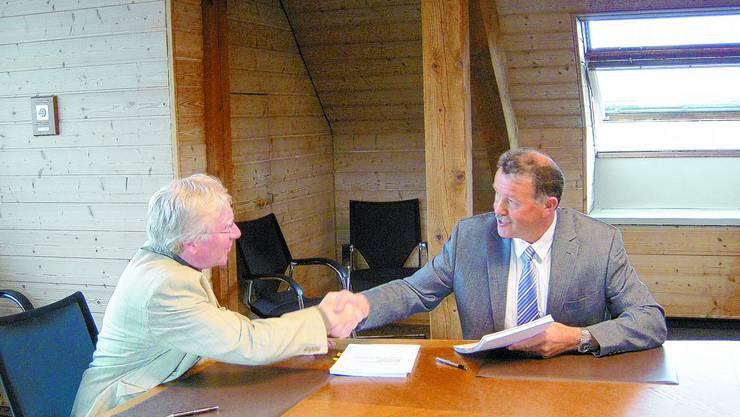 Vertragsabschluss: Aarwangens Gemeindepräsident Hans Leuenberger und Langenthals Stadtpräsident Thomas Rufener besieglen den Outsourcing-Vertrag.