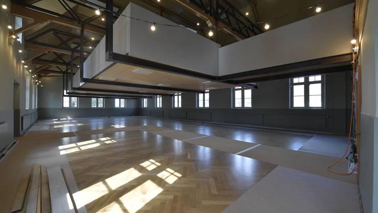 Die neue Stadtbibliothek in der Alten Turnhalle nimmt Formen an. Im Bild: Erdgeschoss mit frisch abgeschliffenem und lackierten Parkett