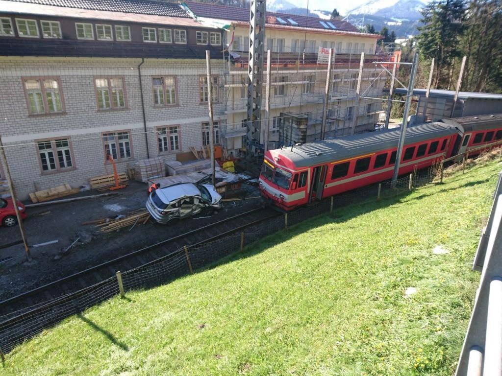 Ein Auto kollidierte mit einem Zug