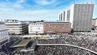 """In der Nähe des Anschlagsortes in Stockholm versammelten sich am Sonntagnachmittag mehr als 20'000 Menschen zu einer """"Liebes-Kundgebung""""."""