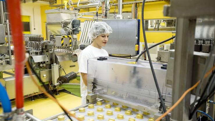 Eine Hero-Mitarbeiterin an der Produktionsmaschine