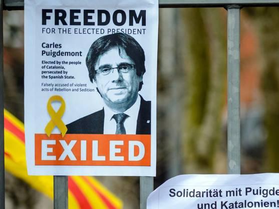 Der in Deutschland inhaftierte katalanische Ex-Regionalchef Puigdemont will nicht aufgeben. Ein Plakat am Zaun der Haftanstalt Neumünster fordert seine Freilassung. (Bild vom 28. März)