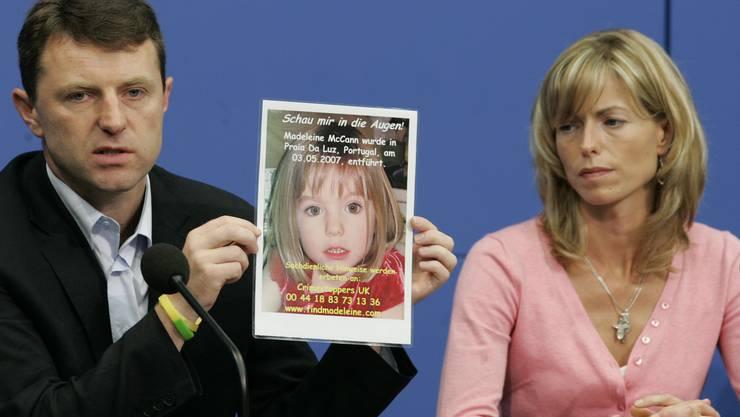 Berlin: Kate und Gerry McCann zeigen während einer Pressekonferenz ein Bild ihrer verschwundenen Tochter Madeleine (Maddie). Bild von 2007