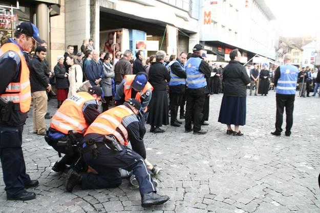 Über 20 Personen wurden von der Polizei festgenommen. Etliche Passanten waren irritiert über das Vorgehen der Polizei.