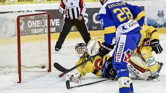 Axelsson erzielt erzielt gegen Bern-Hüter Bührer den 1:1-Ausgleich.