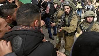 Palästinenser und israelische Sicherheitskräfte geraten am Tayaseer-Checkpoint aneinander.