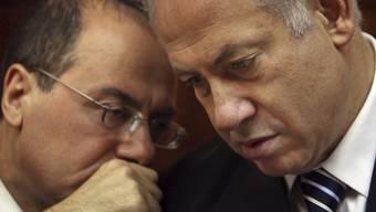 Israels Ministerpräsident Benjamin Netanjahu (rechts) berät sich mit seinem Vize Silvan Shalom (Archiv)
