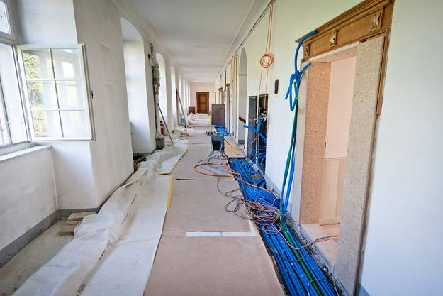 Statt beschaulich und warm sind die Gänge des Klosters momentan mit Kabeln für die Arbeiten verlegt