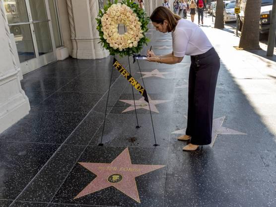 """Auf dem """"Hollywood Walk of Fame"""" in Los Angeles bei der Sternenplakette von Peter Fonda nach der Todesnachricht Blumen aufgestellt."""
