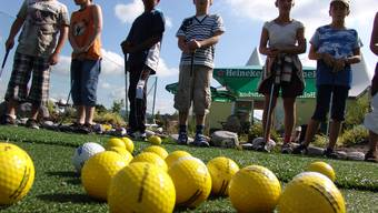 Gebannt vor dem Einsatz: Der Ferienspass bietet viel Ungewohntes, Unbekanntes, Ungeübtes und Unerfahrenes. Schüler vor erstem Kontakt mit dem Golfball. (Flavio Fuoli)