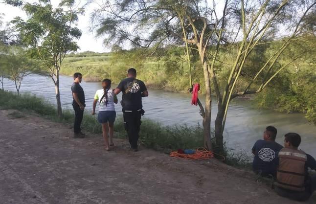 Die Ehefrau des Verstorbenen führt mexikanische Polizisten zum Unglücksort.