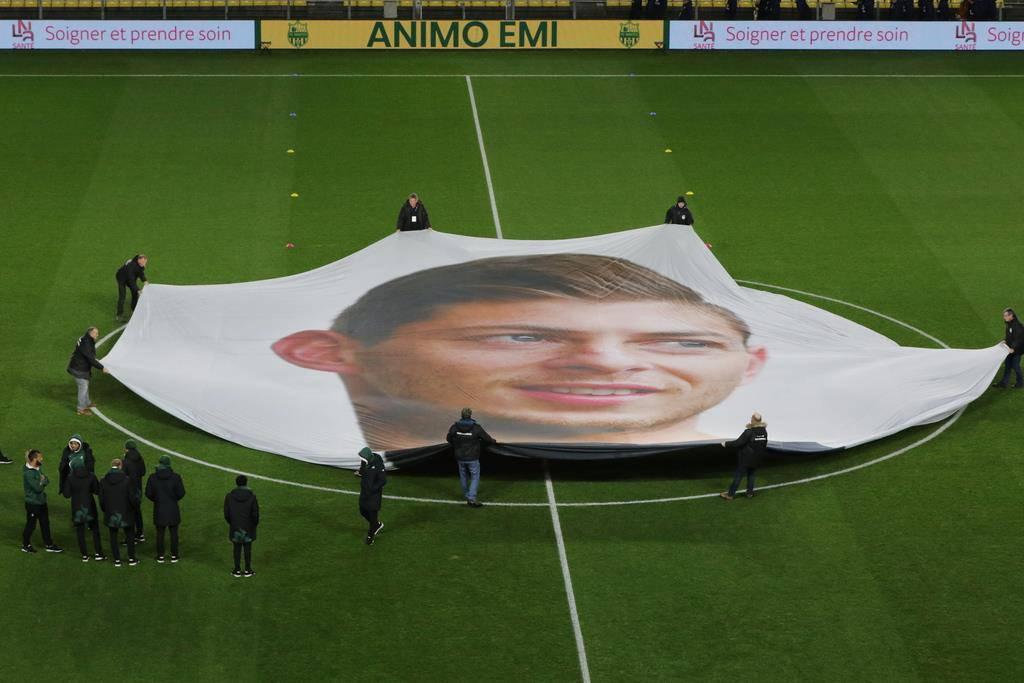 Vor dem Spiel wird sein Bild auf der Spielwiese ausgelegt. (© Keystone)