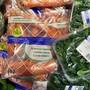 Plastik, wo das Auge hinreicht: Bio-Karotten und -Salat bei einem Schweizer Detailhändler. (Archivbild)