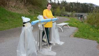 Andrea Streif vom Frauenverein Birmensdorf demonstriert die Übungen am Beintrainer beim Kasernenweg.