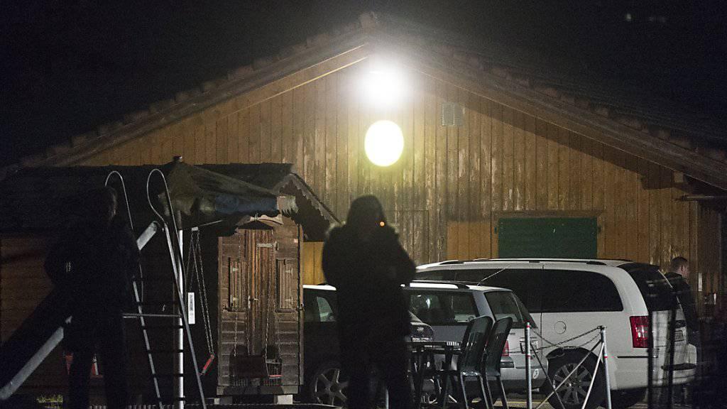 Beobachtet von Polizei und Medien: In diesem Gebäude im sanktgallischen Kaltbrunn fand am Samstagabend die Feier der PNOS statt.