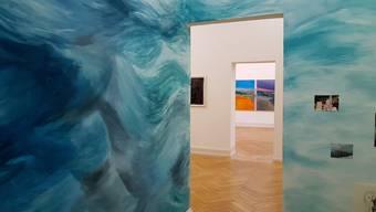 Auffallend gross und bunt behaupten sich die Werke der elf zeitgenössischen Künstlerinnen und Künstler in der Kunsthalle Palazzo.
