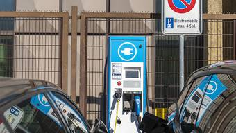 In Basel-Stadt gilt die Zukunft den Elektroautos. Ab 2050 dürfen auf dem Strassennetz des Stadtkantons keine umweltschädlichen Autos mehr fahren (KEYSTONE/Georgios Kefalas)