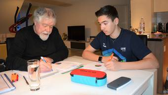 Geduldig erklärt Robert Brunner, Nachhilfelehrer des Vereins AareGäuer, dem 15-jährigen Felipe Meister die komplizierten Mathematik-Aufgaben.