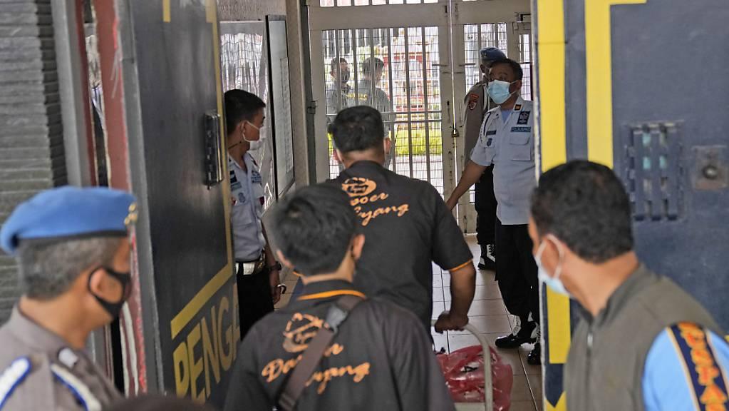 Bei einem Brand in dem Tangerang-Gefängnis in der Nähe der indonesischen Hauptstadt Jakarta sind mindestens 41 Häftlinge ums Leben gekommen und acht weitere schwer verletzt worden.