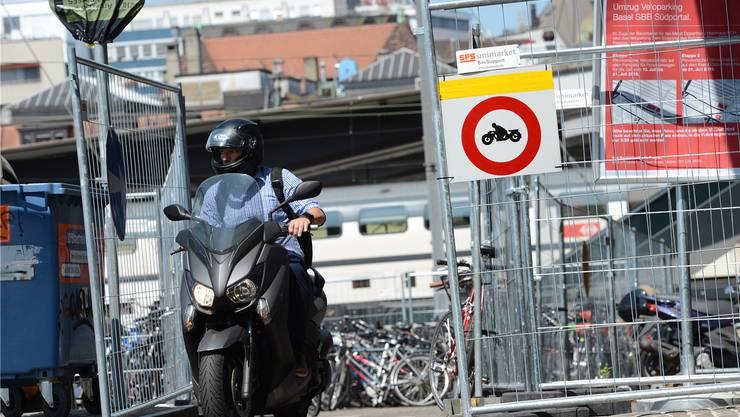 Trotz des Verbots wird Motorrad gefahren.
