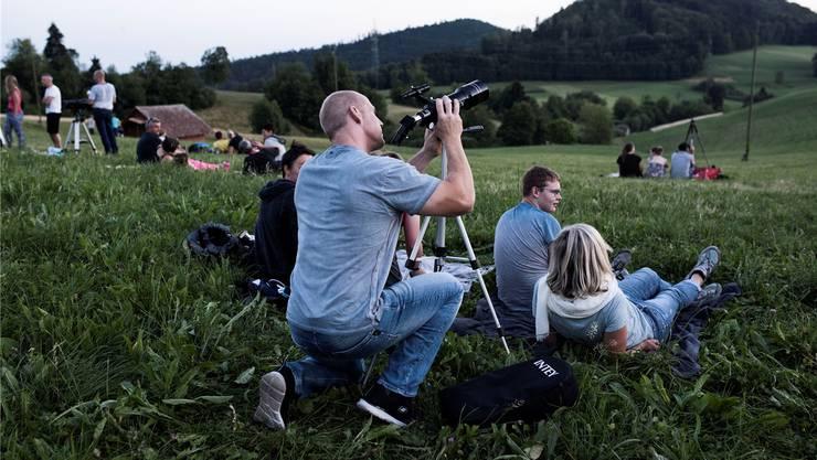 Bereits vor dem astronomischen Ereignis wurden Kameras und Teleskope eingestellt. Je dunkler der Horizont, desto mehr Leute fanden sich auf der Schafmatt ein. Wer die Planeten beobachten wollte, konnte sich später auf der Sternwarte überzeugen.