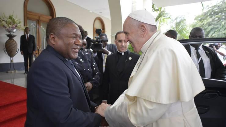 Papst Franziskus wird vom mozambikanischen Präsidenten Filipe Nyusi herzlich im Präsidentenpalast empfangen.