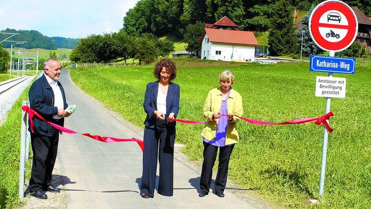 Offiziell: Unter den Augen von Gemeindepräsident Peter Flückiger durchschneiden Barbara Egger-Jenzer und Katharina Gilgen-Spichiger das rote Band. (krr)