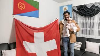Er hat nicht nur eine Flagge von Eritrea sondern auch eine überdimensional grosse Schweizerflagge.