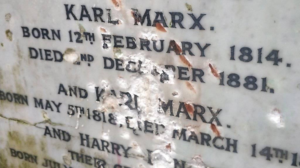 Mit roher Gewalt: Spuren am Grabstein des deutschen Philosophen Karl Marx in London.